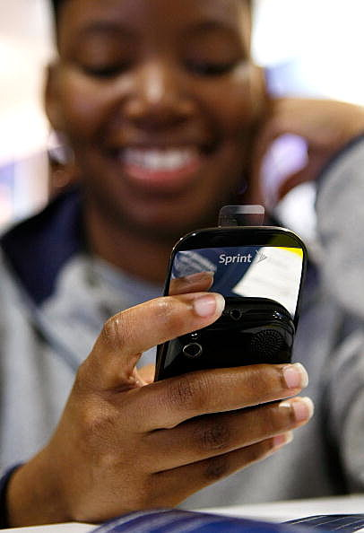 Jacquise Dilligard tries out her new Palm Pre smartphone at a Sprint store